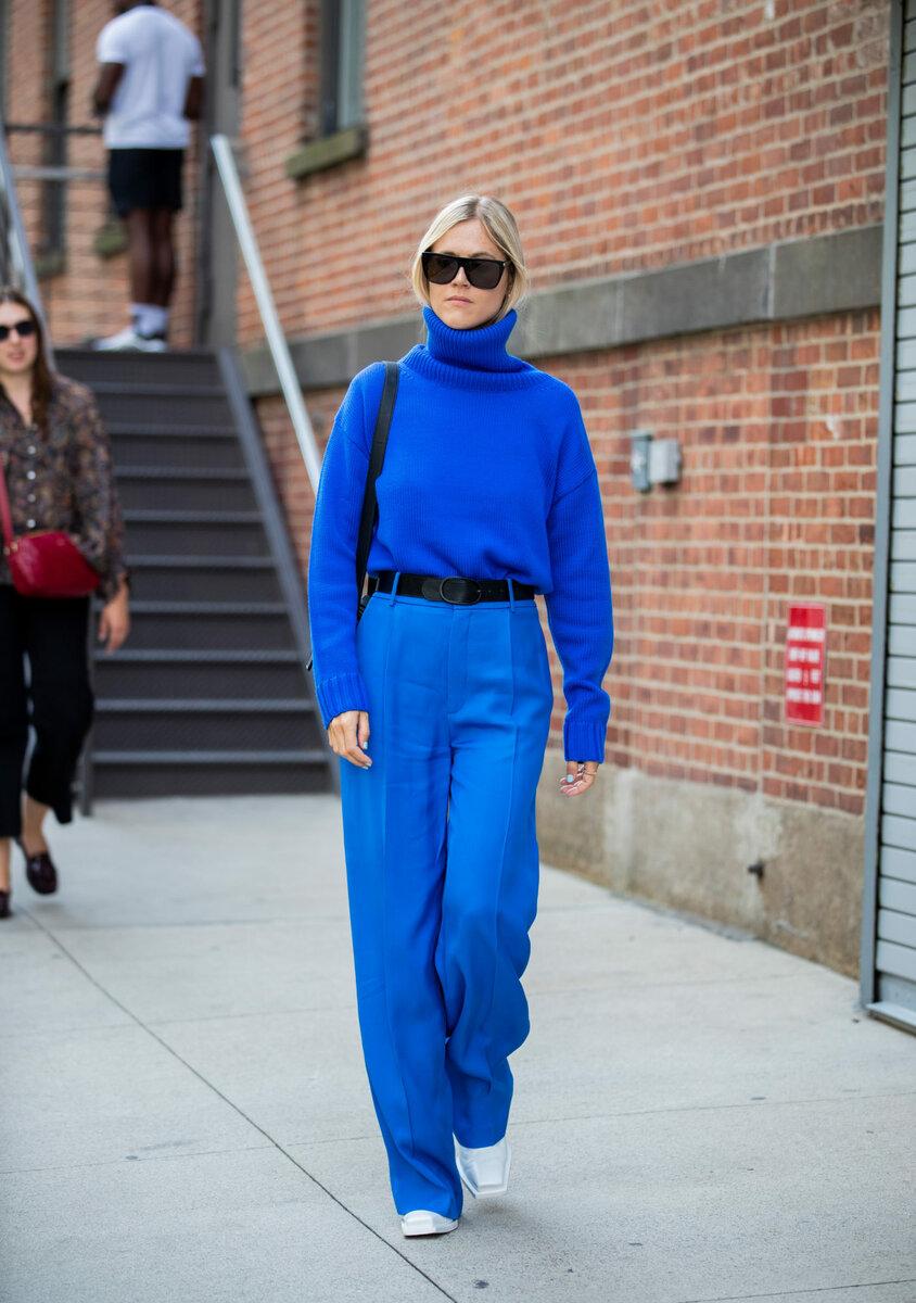 Обрамить синий цвет можно украшениями цвета индиго. /Фото: condenast-media.gcdn.co