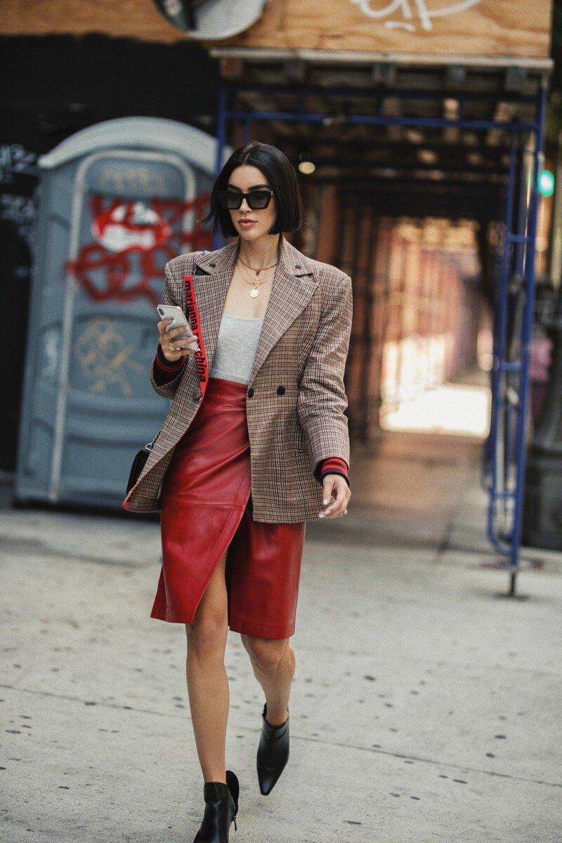 Лучший союзник юбке на запах — пиджак с интересной отделкой или фактурой. /Фото: i.pinimg.com