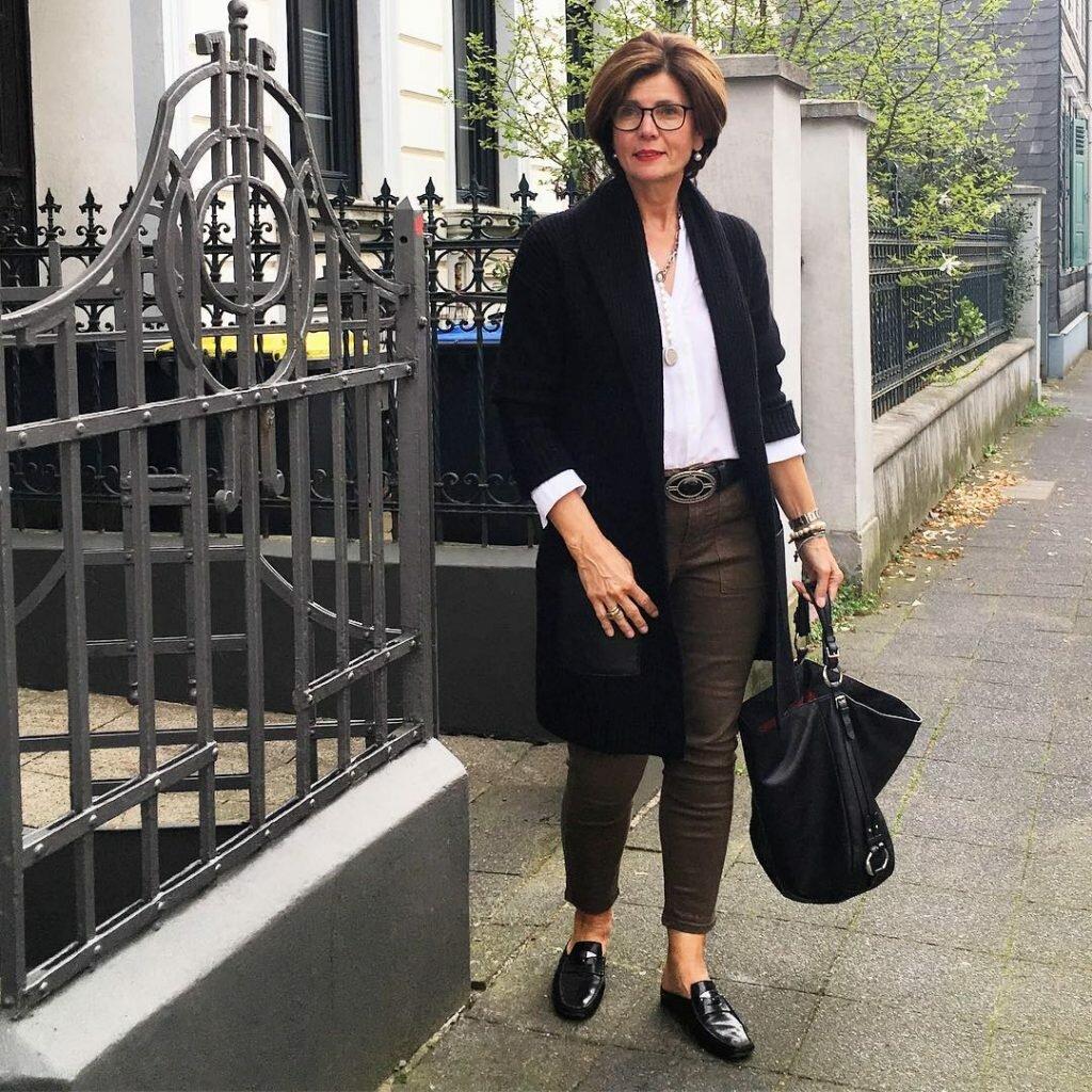 Модницам 50+ стоит отказаться от глубокого декольте и полупрозрачных изделий. /Фото: fasingur.me