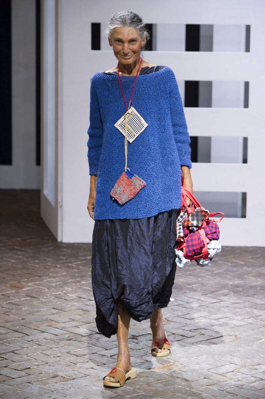 От бесформенного свитера женщинам в возрасте давно пора отказаться. /Фото: mtdata.ru