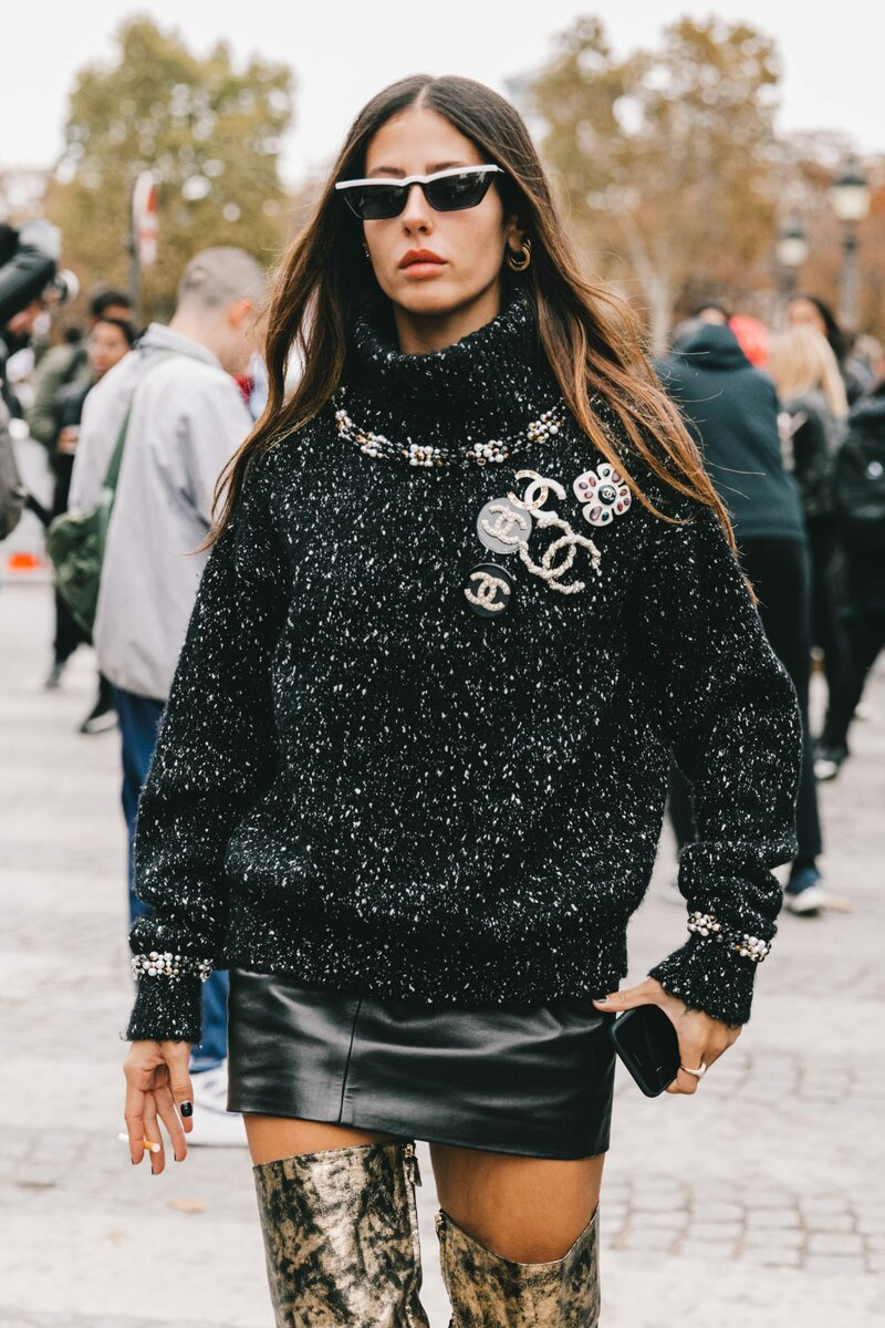 Вовсе не обязательно покупать брошь в виде логотипа бренда, чтобы выглядеть стильно. /Фото: collagevintage.com