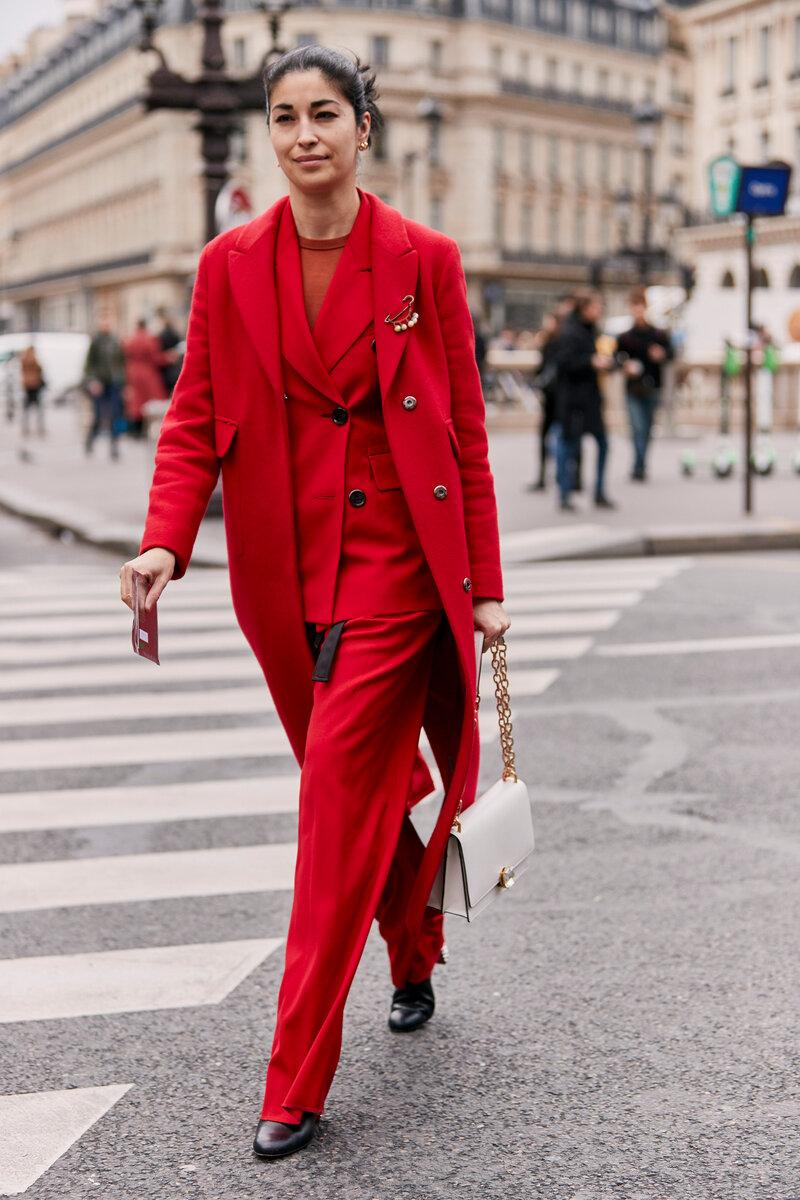 Красный тотал лук будет казаться более расслабленным, если подбирать одежду разных текстур и оттенков. /Фото: maffashion.pl