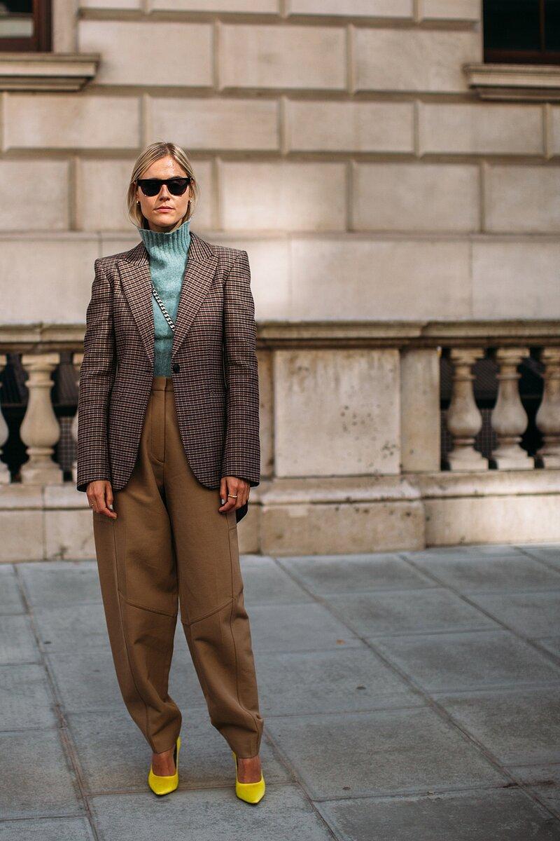 Широкие брюки можно дополнить подтяжками и кожаным ремнем. /Фото: elle.ua