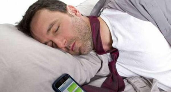 Ученые: Спать рядом со смартфонами опасно