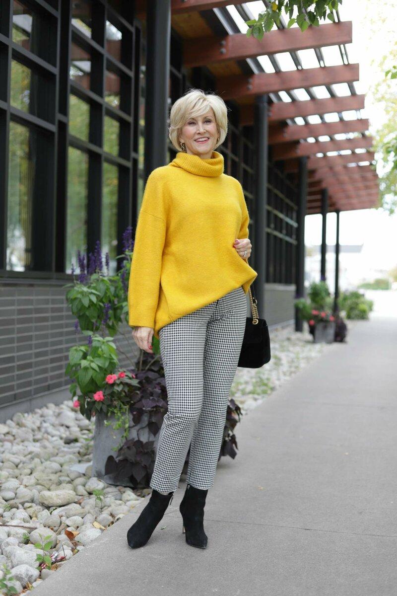 Яркий и теплый свитер обязательно должен быть в вашем гардеробе. /Фото: fabafter40-wpengine.netdna-ssl.com