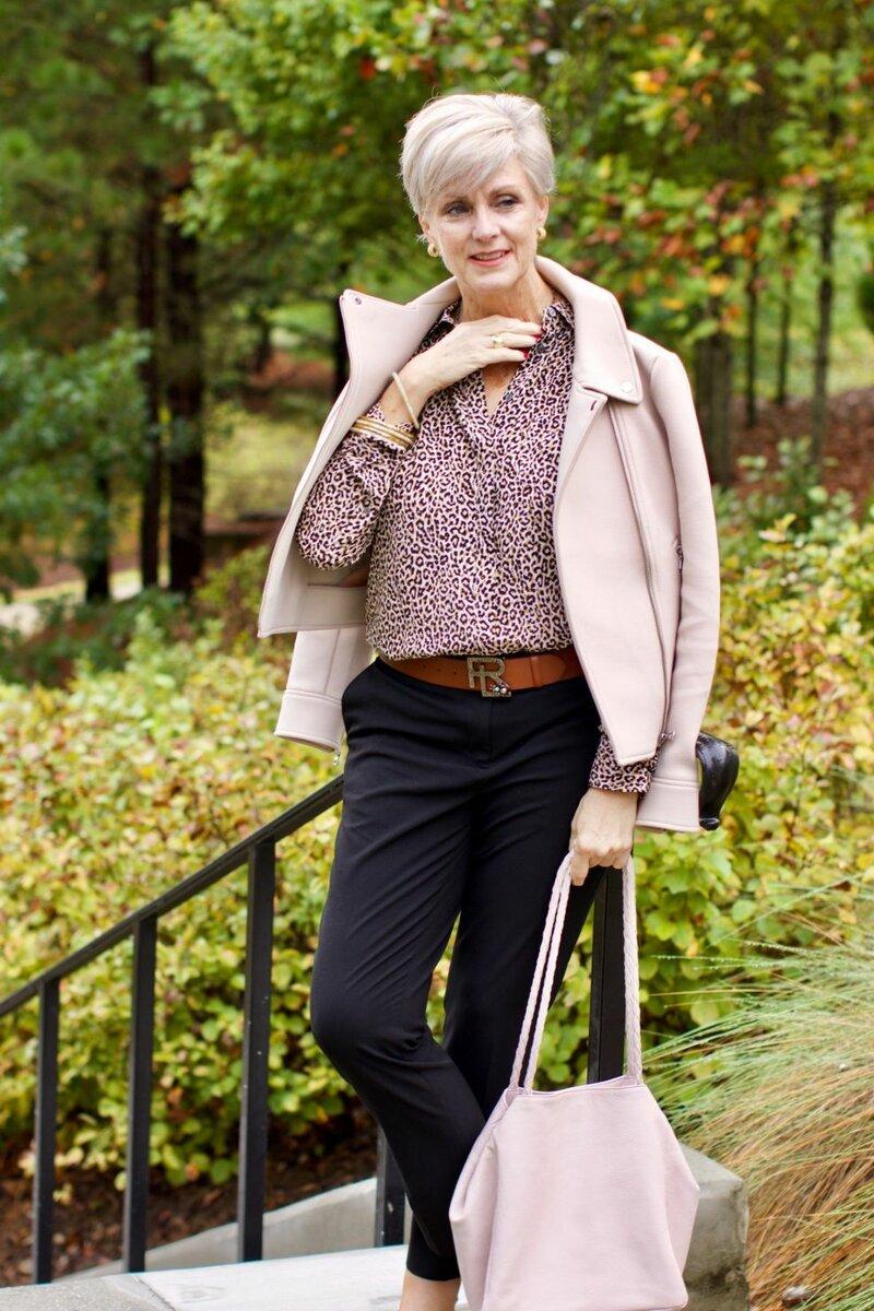 Женщинам за 50 лучше выбирать одежду светлых оттенков. /Фото: i.pinimg.com