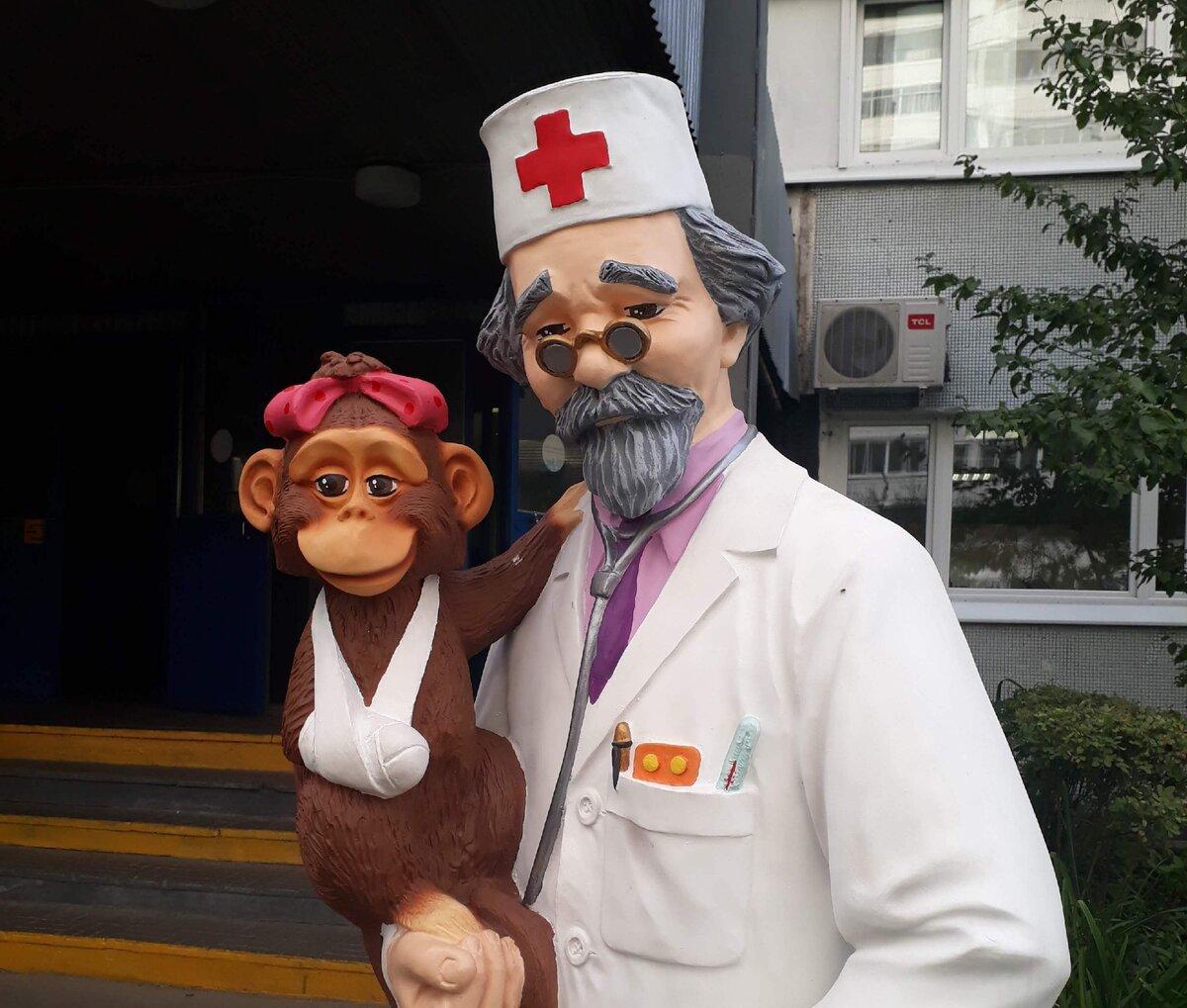 Вот такой Айболит стоит около нашей поликлиники для моральной поддержки пациентов. Всех излечит, исцелит. Но это не точно:))