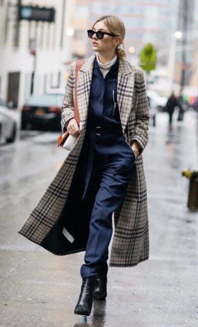 Тёмный тотал лук отлично привлекает внимание к пальто, что весьма выгодно для магазинов одежды.