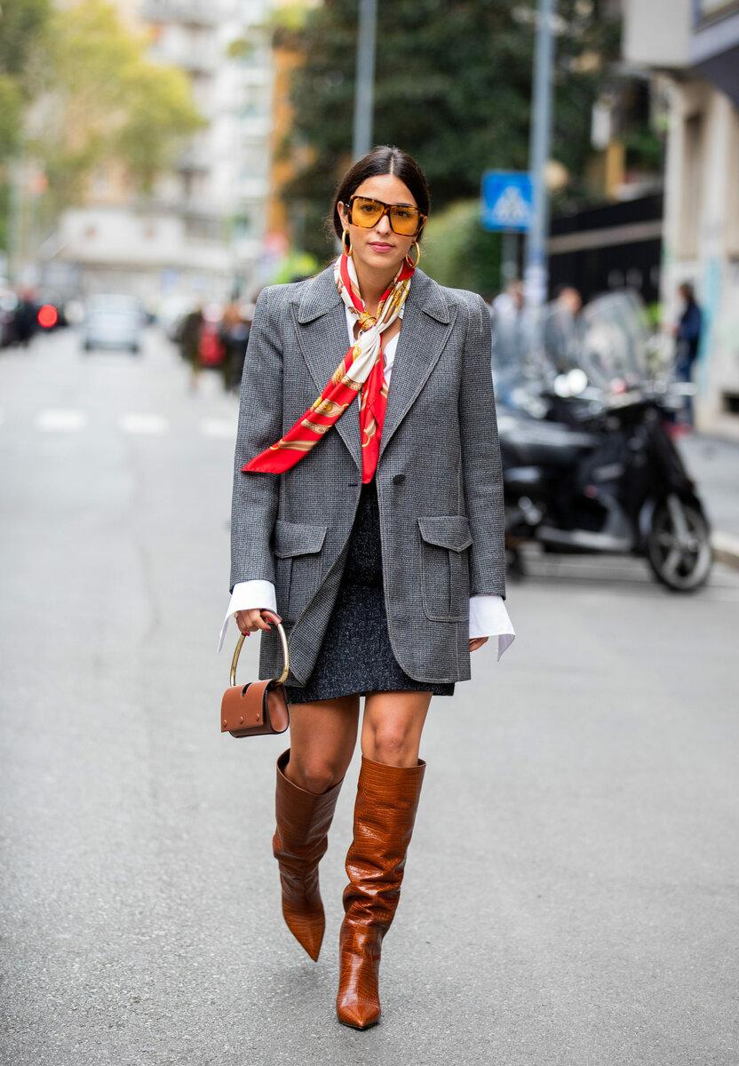 Микс пиджака мужского кроя и коричневых сапог придадут вашему образу нотку дерзости. /Фото: ladyline.me