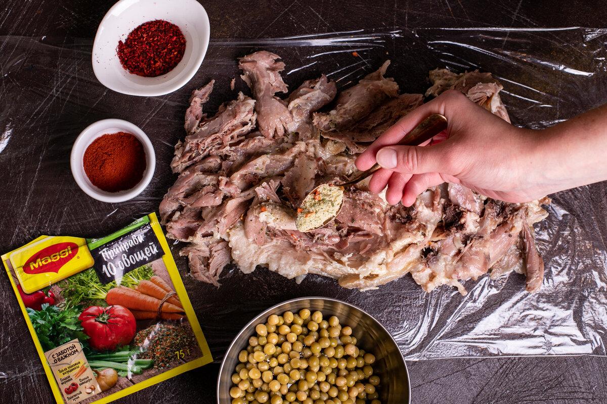 Мясной рулет из свиной рульки с зеленым горошком по-деревенски