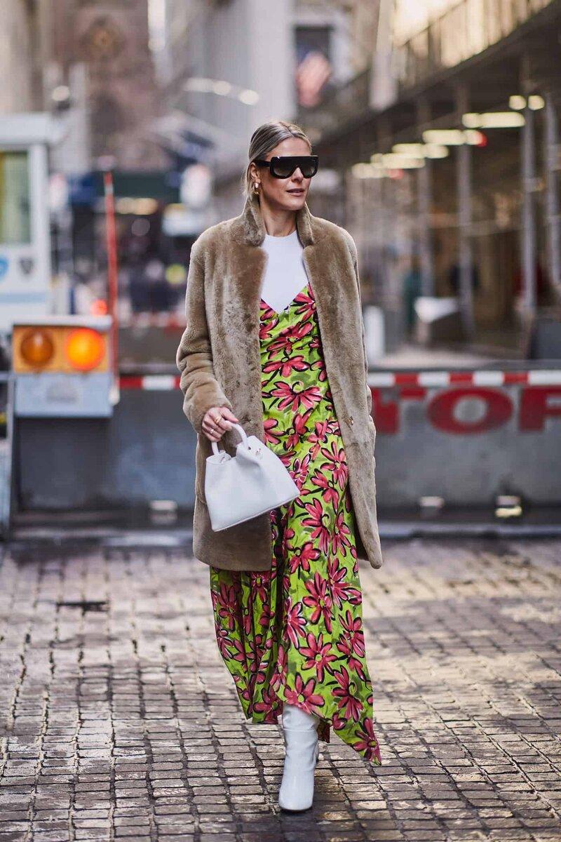 Крупные цветы визуально прибавляют вес и искажают фигуру. /Фото: fashionweekdaily.com