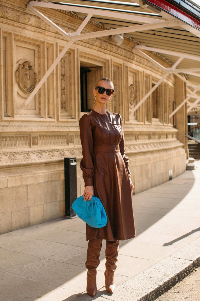 С коричневыми сапогами можно комбинировать платья из плотного трикотажа или воздушных натуральных тканей. /Фото: e00-telva.uecdn.es