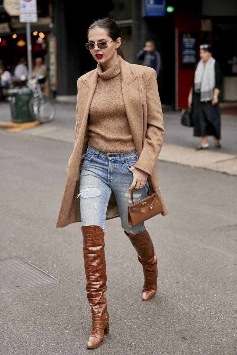 Чтобы получить легкий и непринужденный образ, следует выбирать джинсы светлых тонов. /Фото: e00-telva.uecdn.es