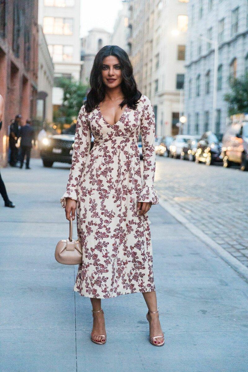 Платье с завышенной талией должно хорошо облегать верх, но иметь свободно ниспадающий низ. /Фото: i.pinimg.com