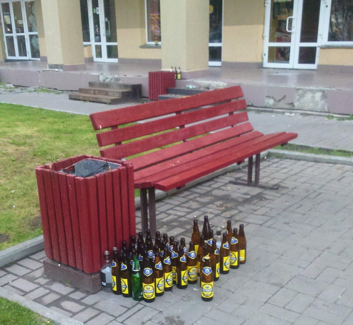 Инсталляцию наблюдала по дороге на работу. Утилизация бутылок. Фото автора.