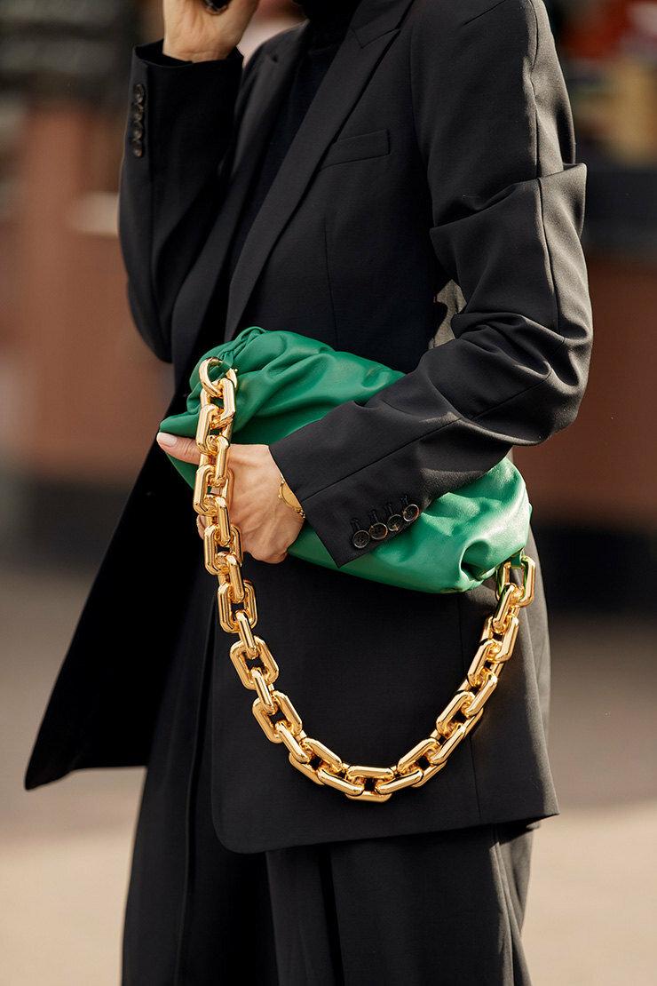 Героиня стритстайла с зеленой сумкой. /Фото: images11.bazaar.ru