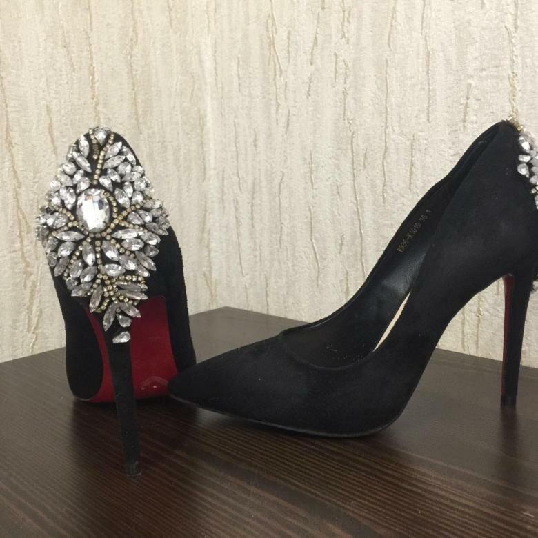 Черные туфли с камнями. /Фото: cache3.youla.io