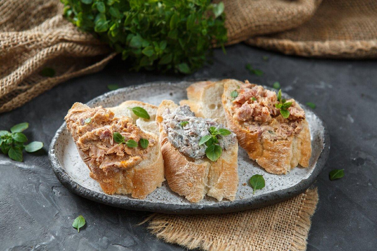 Риет - особый метод приготовления мяса, похожий на паштет. Отличный вариант сытной и полезной закуски к столу.