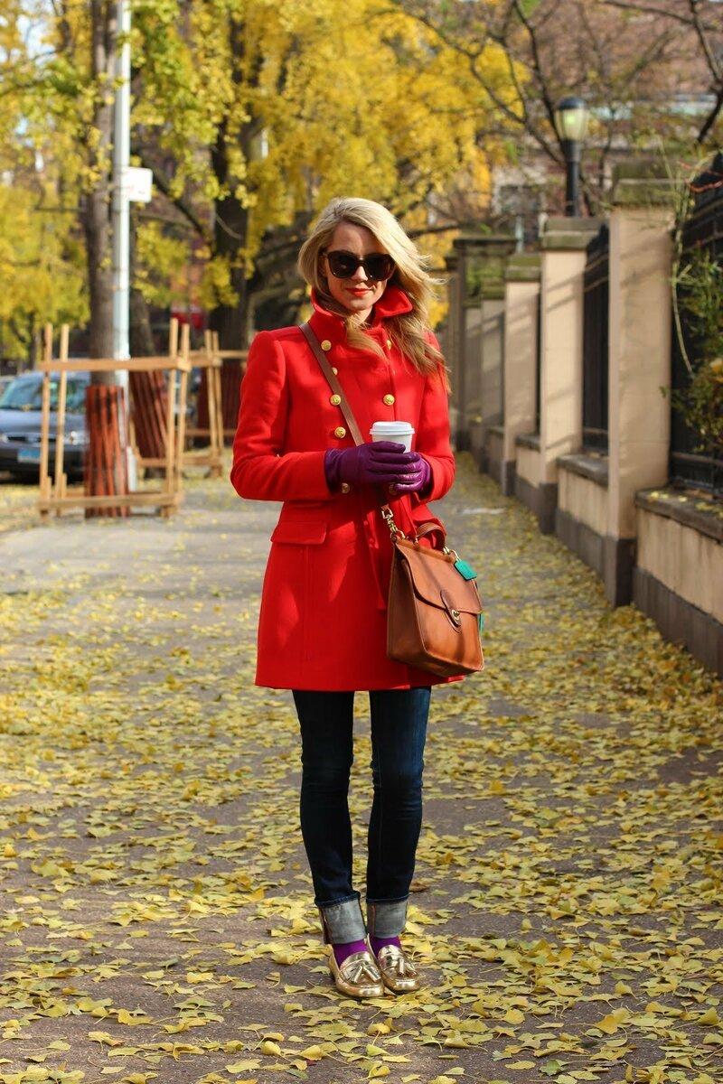 Женщина в демисезонном красном пальто. /Фото: misanec.ru