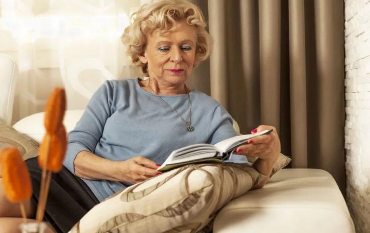 На пенсии совсем перестала читать. Подруга пристыдила и посоветовала 3 книги, которые должна прочесть каждая женщина за 50