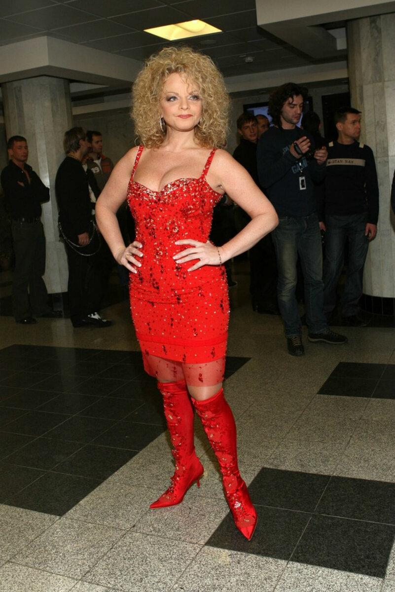 Лариса Долина в красном платье. /Фото: redler.ru