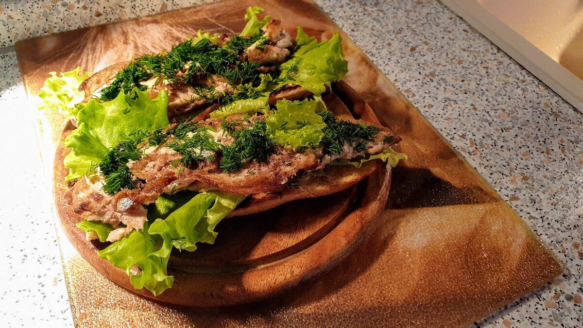 Сэндвичи с рыбой. Готовила не я, а друг семьи, который как раз обожает готовить, причем готовить красиво. Фото автора.