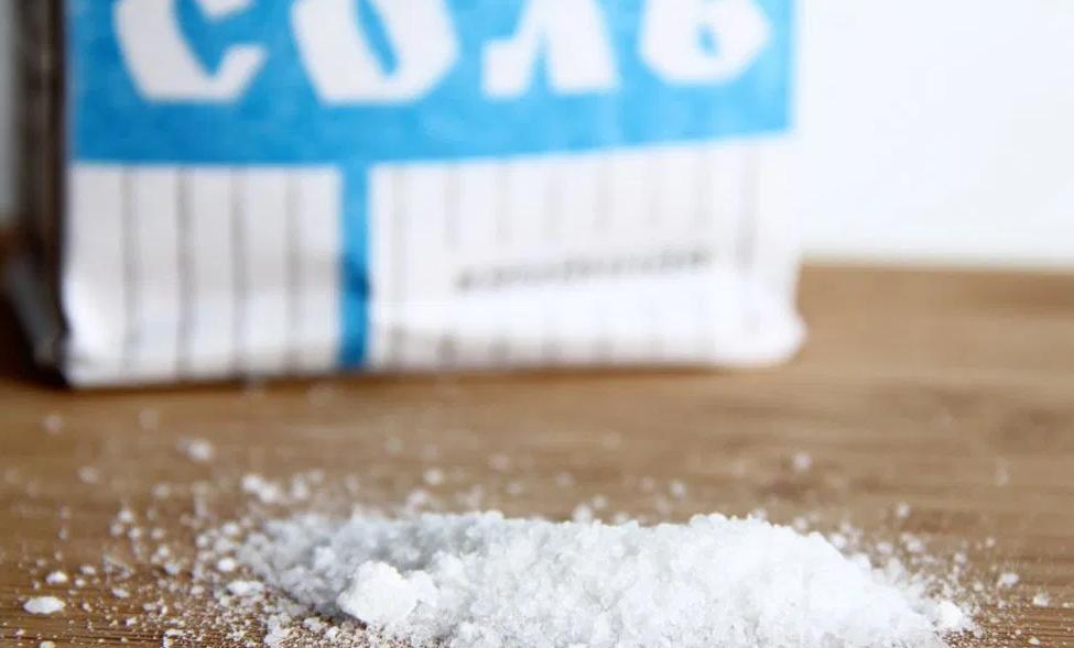 Когда мою полы, всегда добавляю в воду пару ложек соли - спасает от множества проблем
