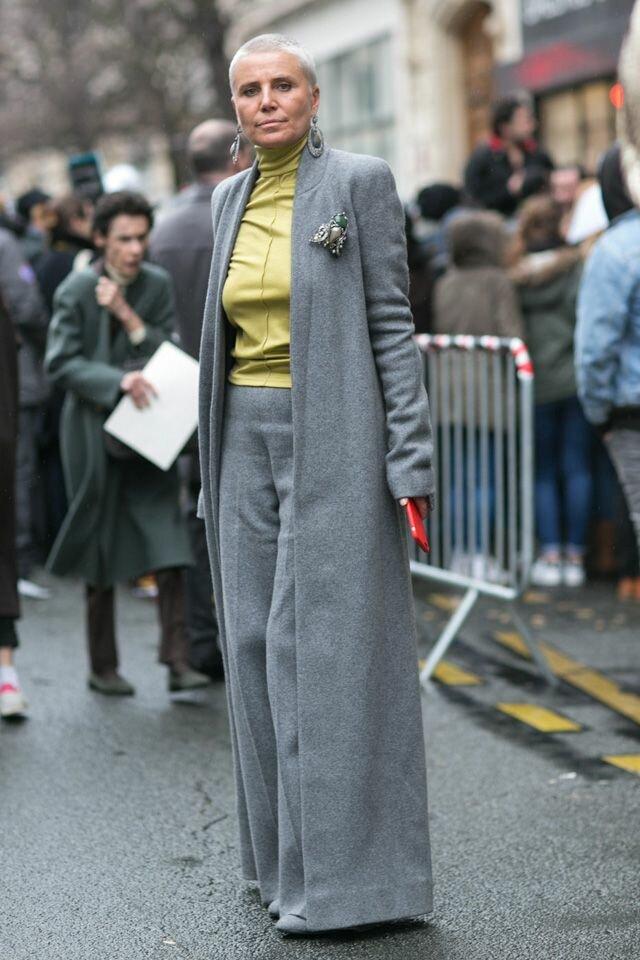 Взрослая дама в тонком сером пальто и широких брюках. /Фото: i.pinimg.com