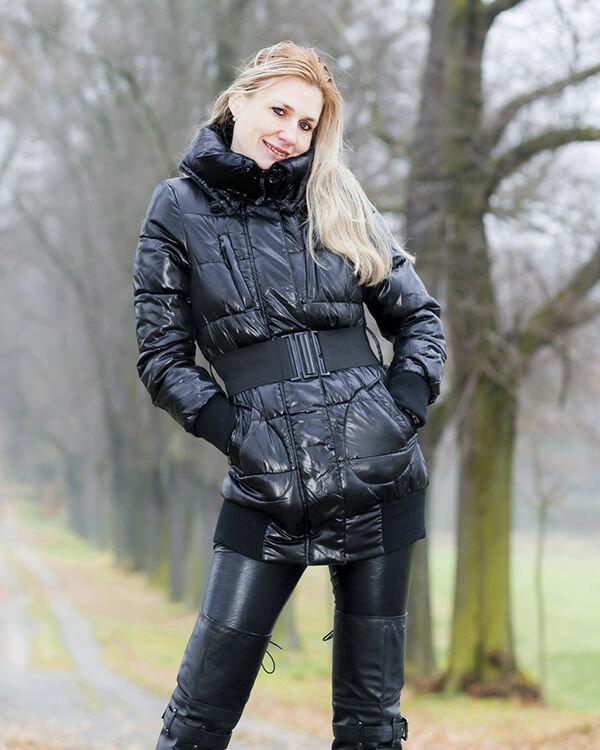 Женщина в куртке с поясом-резинкой. /Фото: karmelstyle.ru