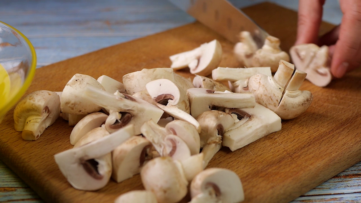 Салат «Наслаждения» всего четыре ингредиента. Несколько минут и вкусный, простой салат у Вас на столе.