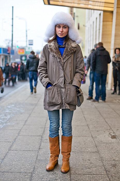 Женщина в парке и меховой шапке. /Фото: fashiontime.ru