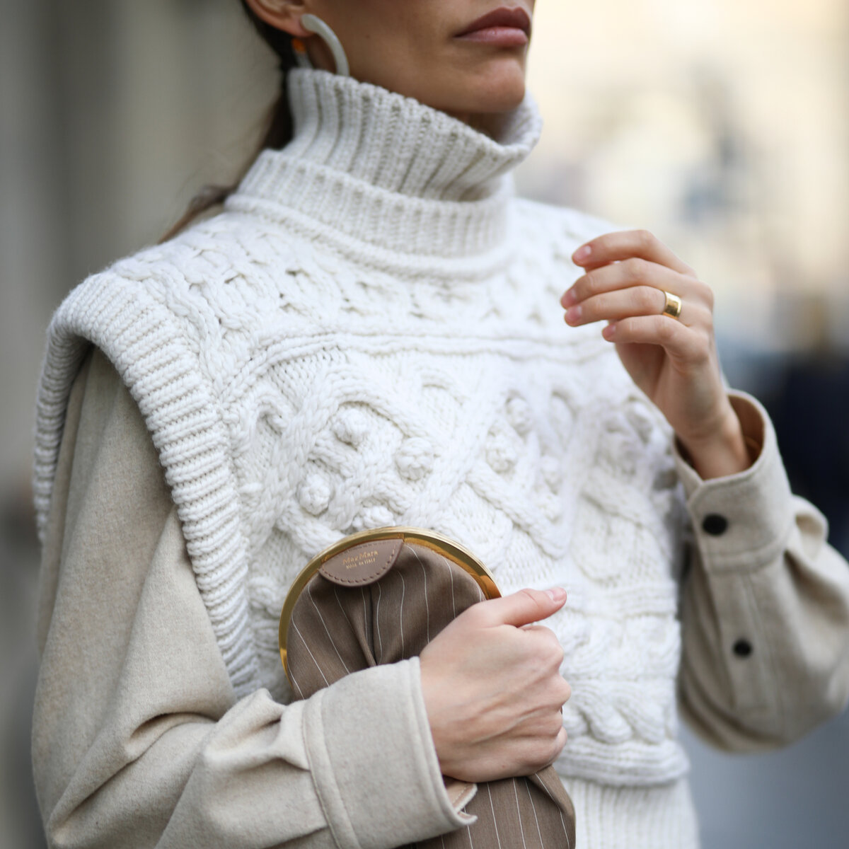 Вязаная жилетка на женщине. /Фото: instyle.gr
