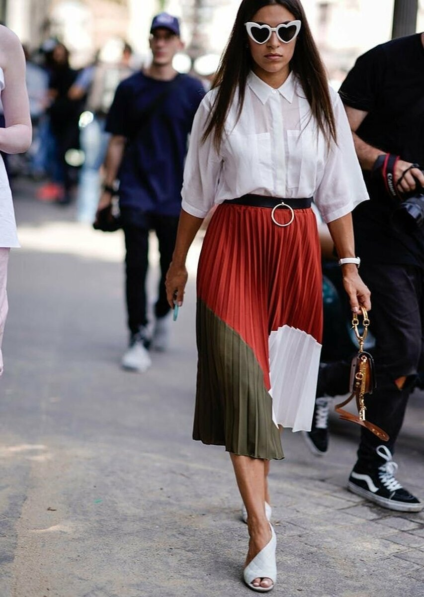 Образ со стильной юбкой с высокой посадкой. /Фото: oskelly.ru