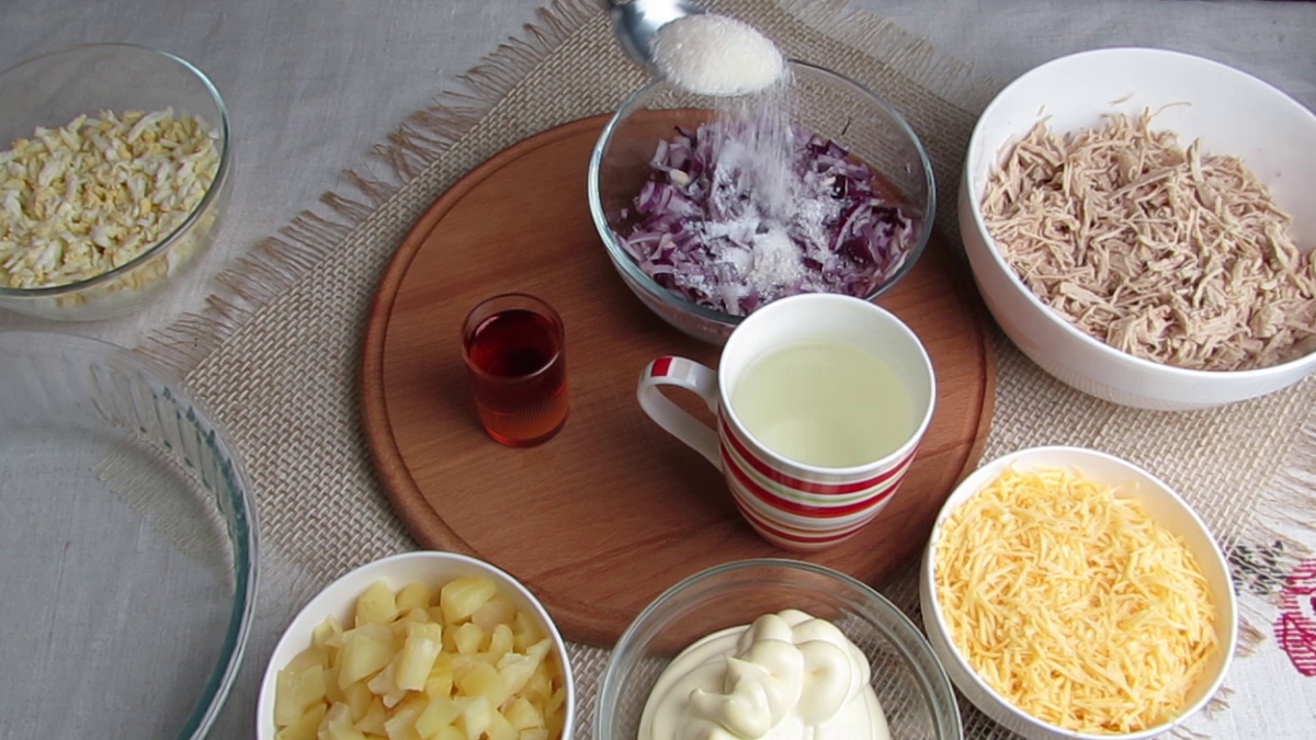 Салат с ананасом и курицей из микроволновки. Старый оригинальный рецепт который покорит всех. Просто тает во рту.