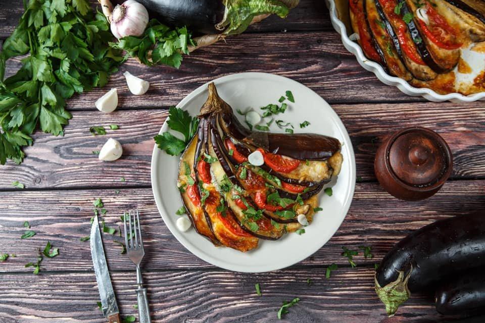 С «Ешь Деревенское» не надо ждать лета, чтобы приготовить вкусные запеченные баклажаны